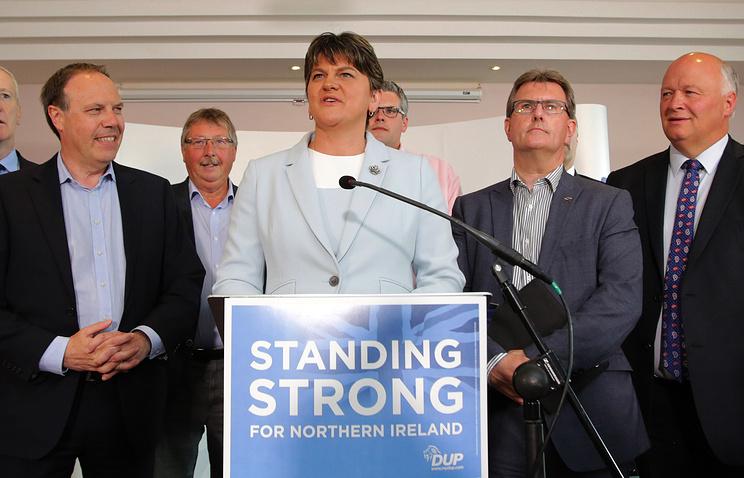 Первый министр Северной Ирландии Арлин Фостер (в центре), Белфаст, 9 июня