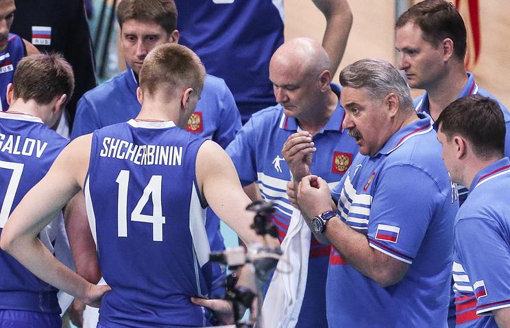 Главный тренер волейбольной сборной России Сергей Шляпников (справа на первом плане)