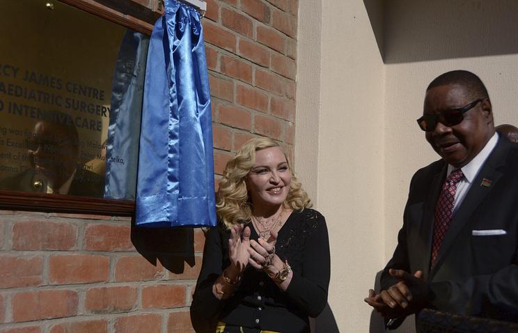 Мадонна и президент Малави Питер Мутарика во время открытия детской больницы им. Мерси Джеймс