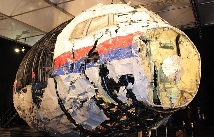 """Обломки Boeing 777 компании """"Малайзийские авиалинии"""", выполнявший рейс MH17, из Амстердама в Куала- Лумпур"""