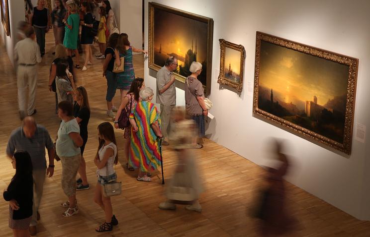 Посетители на выставке картин Ивана Айвазовского в Третьяковской галерее на Крымском валу