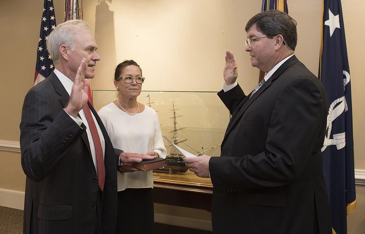 Ричард Спенсер (слева) во время принесения присяги