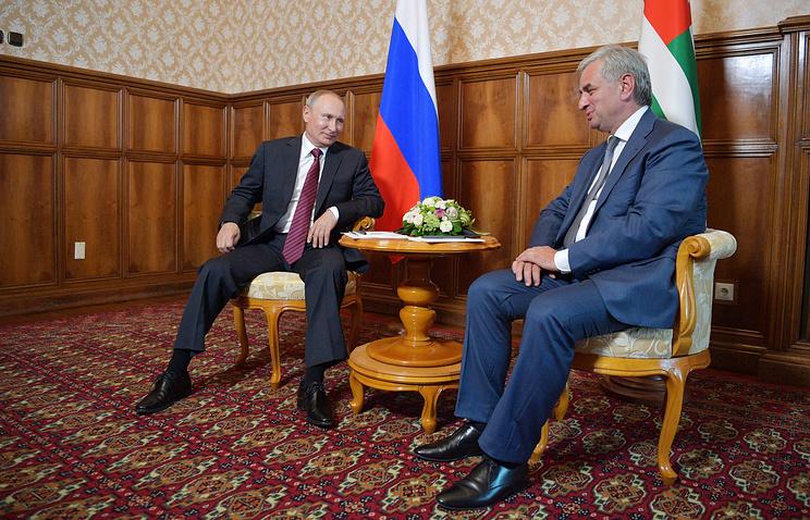 Президент РФ Владимир Путин и президент Абхазии Рауль Хаджимба