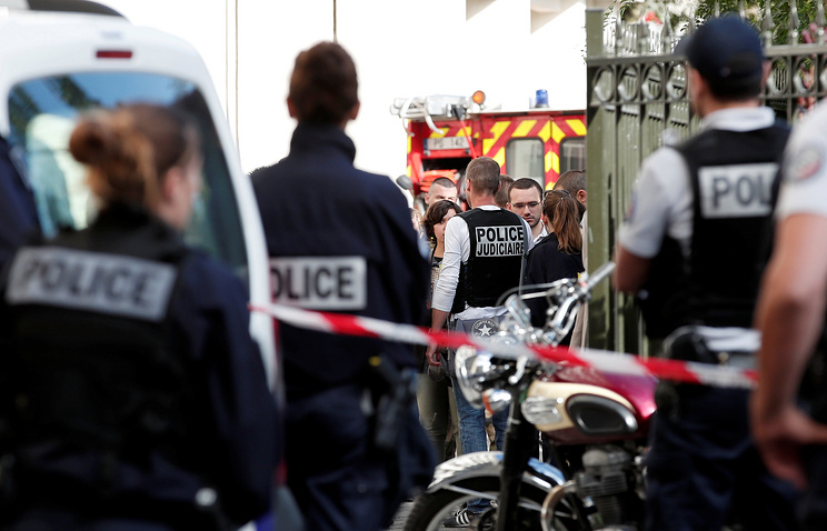 ВоФранции милиция  ищет водителя автомобиля, протаранившего группу военных впригороде Парижа