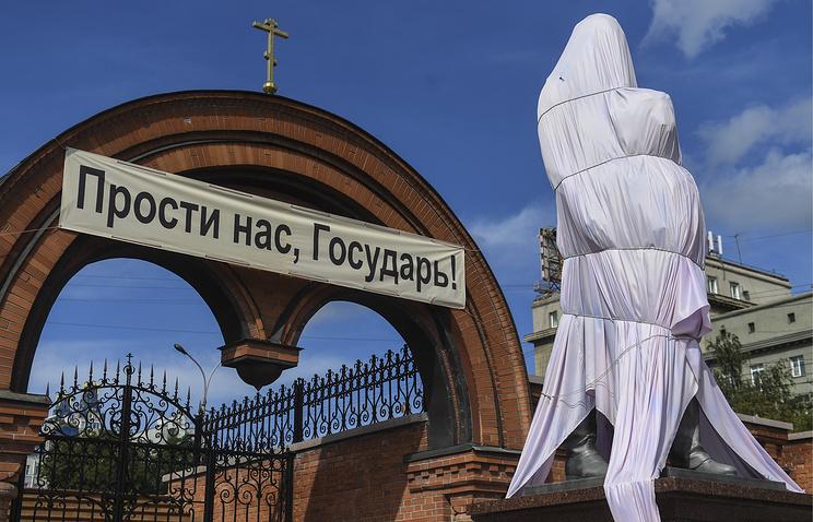 Памятник императору Николаю II и его сыну цесаревичу Алексею, поврежденный вандалом
