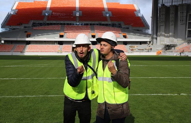 Набиль Белансе и Мартино Симчик на фоне временной трибуны стадиона в Екатеринбурге