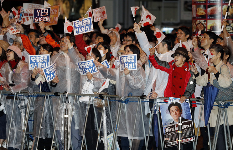 Опросы: Правящая коалиция выигрывает навыборах вЯпонии