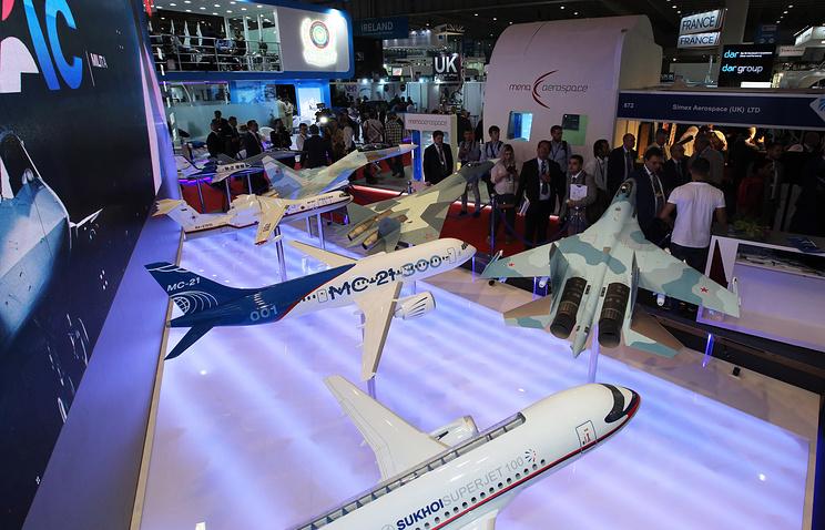Макеты пассажирских самолетов Sukhoi Superjet 100 и МС-21-300 на российском стенде на международной авиационно-космической выставке Dubai Airshow