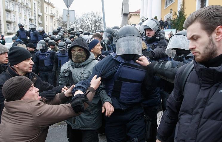 Сторонники Саакашвили сломали дверь микроавтобуса иосвободили политика
