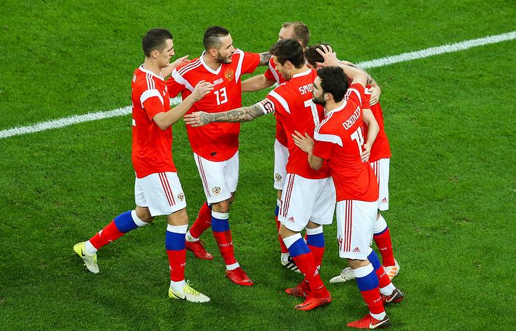 Футболисты русской сборной исполняют новогодние мечты детей