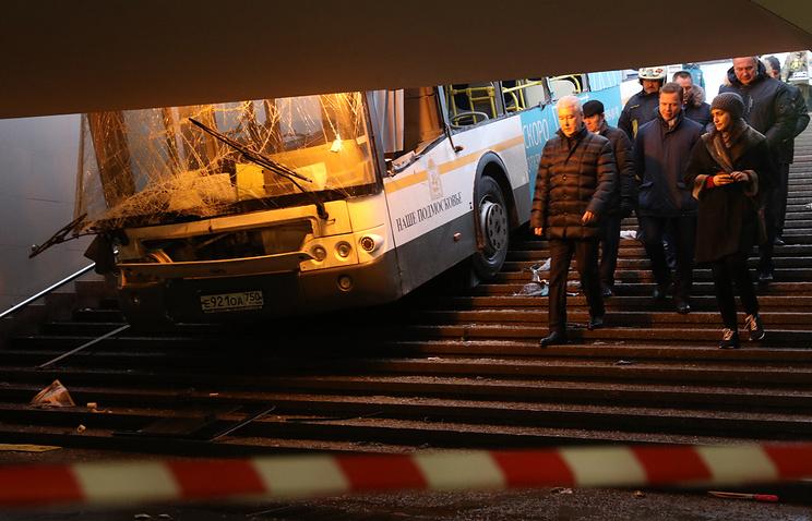 Мэр Москвы Сергей Собянин на месте ДТП с участием рейсового автобуса у станции метро