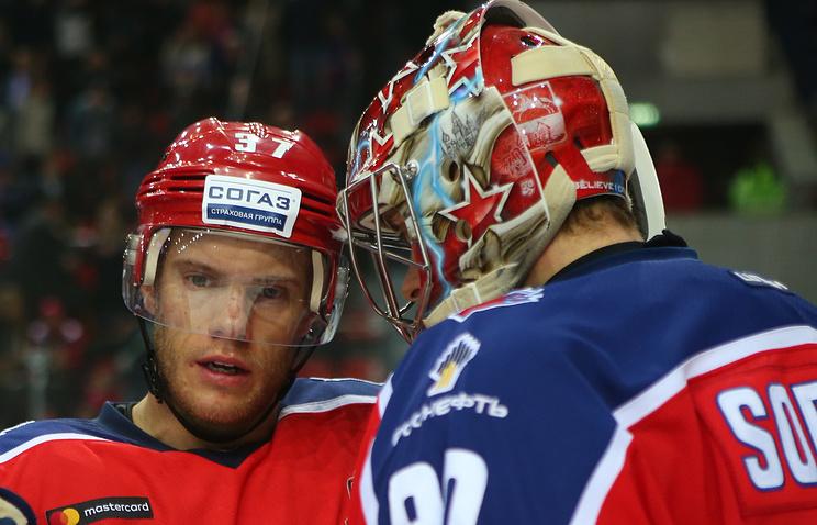 Игрок ЦСКА Мэт Робинсон (слева)