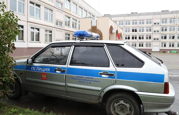 Автомобиль полиции у здания школы №1 в Ивантеевке, 5 сентября 2017 года