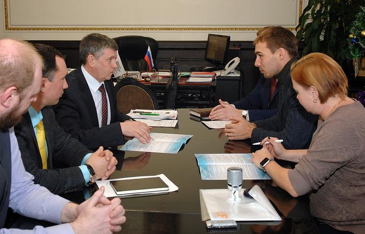 Ректор УрФУ Виктор Кокшаров и биатлонист Антон Шипулин (на заднем плане слева направо)