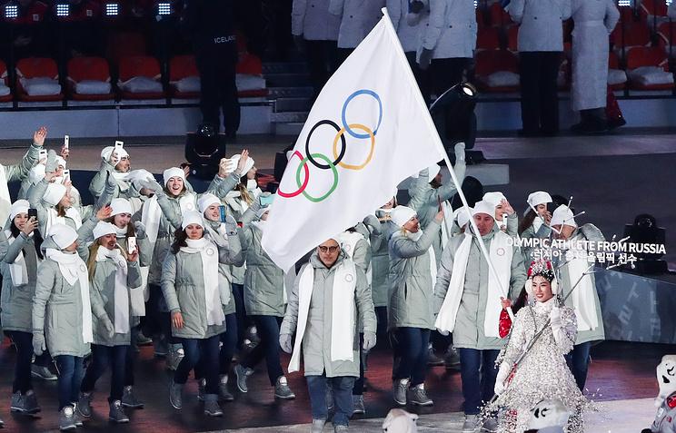 Делегация олимпийских спортсменов из России во время парада атлетов на церемонии открытия зимних Олимпийских игр