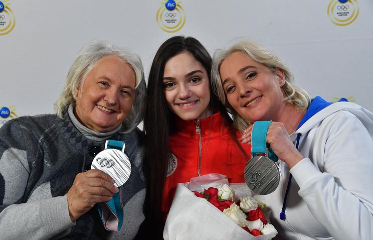 Бабушка фигуристки Валентина Лаврентьевна (слева), Евгения Медведева, Жанна Медведева (справа)