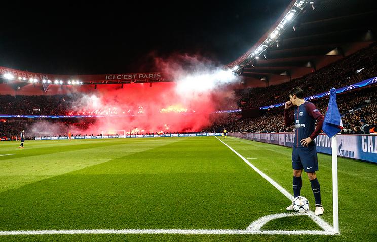 Футболист ПСЖ Анхель Ди Мария наблюдает за болельщиками своей команды