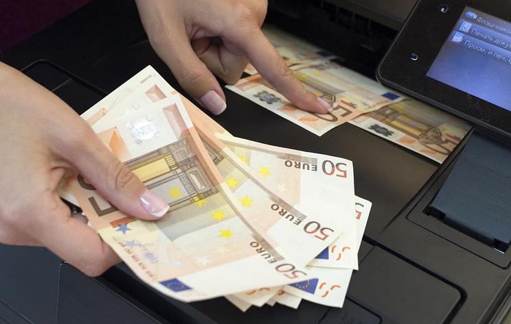 Руб. в 1-ый час торгов укрепляется кдоллару иевро