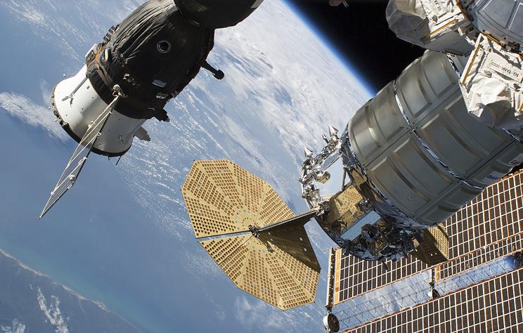 """Космический корабль """"Союз МС-09"""" (слева)"""