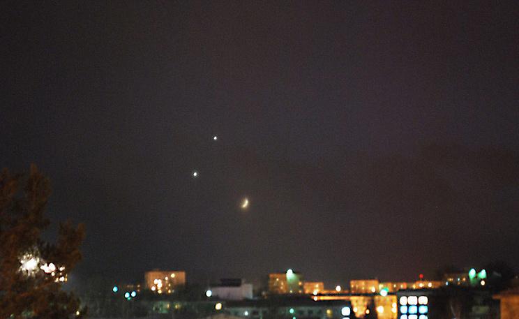 Венера и Юпитер над Луной