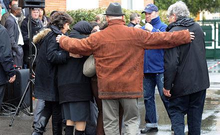 Члены семей убитых в еврейской школе в Тулузе. Фото ЕРА/ИТАР-ТАСС