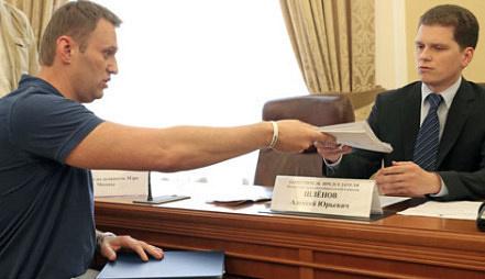 Кандидат в мэры Москвы Алексей Навальный подает собранные подписи в свою поддержку в Мосгоризбирком. Фото ИТАР-ТАСС