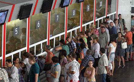 Пассажиры у железнодорожных касс в здании Курского вокзала. Фото ИТАР-ТАСС/ Александра Мудрац