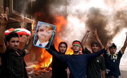 """На одной из улиц Триполи, где произошли столкновения между между вооруженными представителями проправительственных сил и оппозиции во главе с движением """"Хезболлах"""". Фото ИТАР-ТАСС/ EPA"""