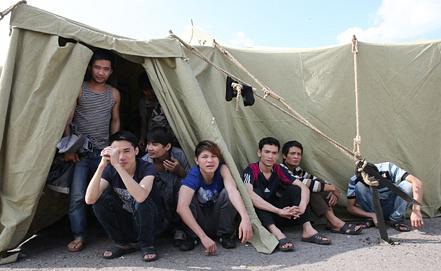 На территории временного палаточного лагеря для нелегальных мигрантов. Фото ИТАР-ТАСС/ Артем Геодакян