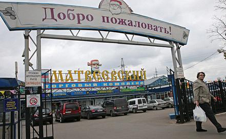 "Вход на рынок ""Матвеевский"", на котором было совершено нападение на полицейского. Фото ИТАР-ТАСС/ Артем Геодакян"