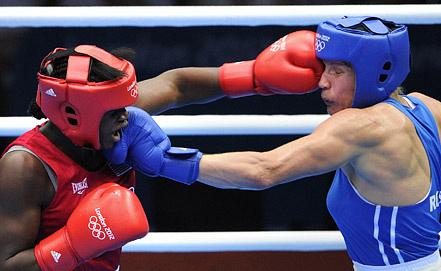 Американка Кларесса Шилдс (в красном) (золото) и россиянка Надежда Торлопова (в синем). Фото ИТАР-ТАСС