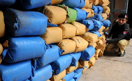 Перехваченные афганские наркотики на границе с Пакистаном.  Фото EPA/ИТАР-ТАСС