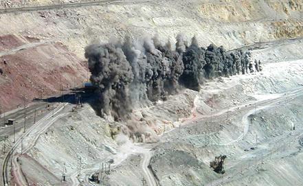 Добыча железной руды бурозрывным способом. Фото Юлии Васьковой (ИТАР-ТАСС)