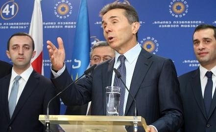 Бидзина Иванишвили /в центре/ и министр обороны Грузии Ираклий Аласания /справа/. Фото EPA/ИТАР-ТАСС
