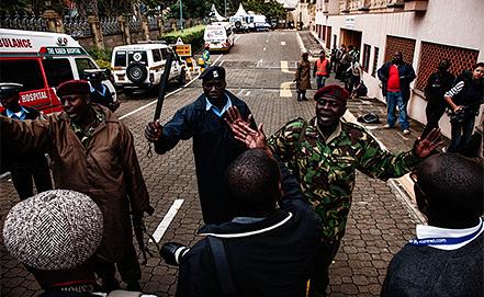 """Полицейские Кении возле торгового центра """"Уэстгейт"""". Фото EPA/KABIR DHANJI"""