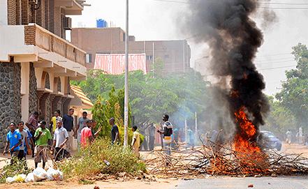 Антиправительственные выступления в Хартуме. Фото EPA/STR