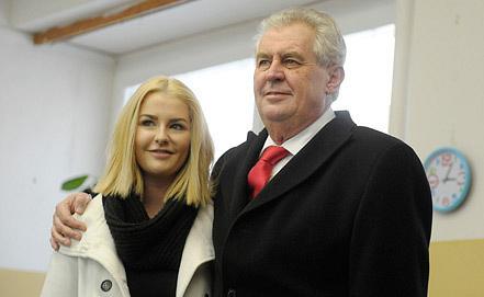 Милош Земан и его дочь Катержина. Фото EPA/FILIP SINGER