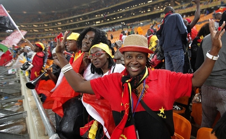 Болельщики сборной Анголы. Фото EPA/KIM LUDBROOK