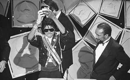 Майкл Джексон и  Куинси Джонс (справа) во время церемонии Grammy Award, 1984 г.Фото AP