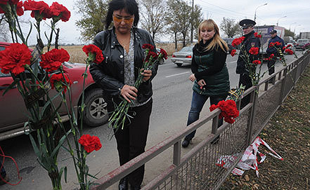 Жители Волгограда приносят цветы на место теракта. Фото ИТАР-ТАСС/ Дмитрий Рогулин
