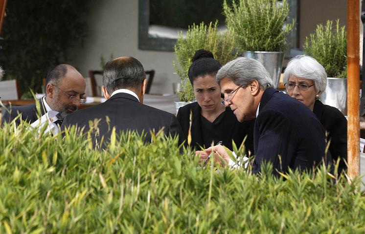 Госсекретарь США Джон Керри (второй справа) и министр иностранных дел России Сергей Лавров (спиной к камере) во время переговоров в Женеве, Швейцария, 14 сентября 2013 г.