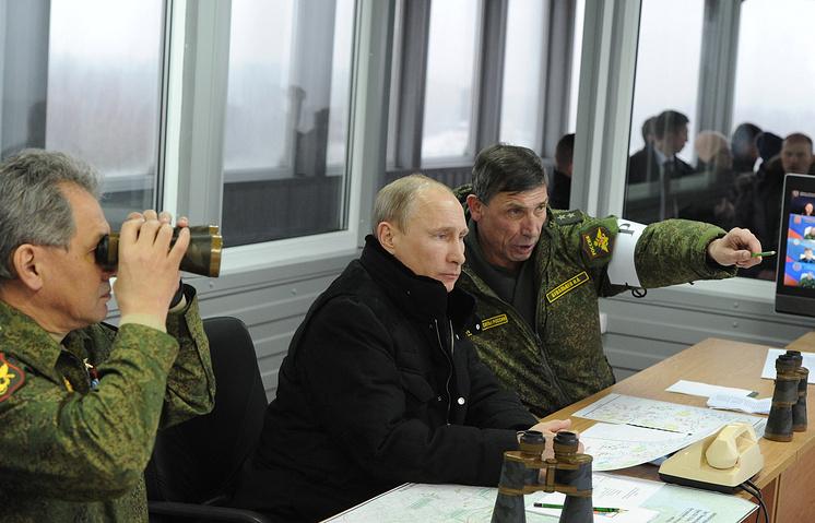 Министр обороны РФ Сергей Шойгу, президент России Владимир Путин и командующий войсками ЗВО Анатолий Сидоров