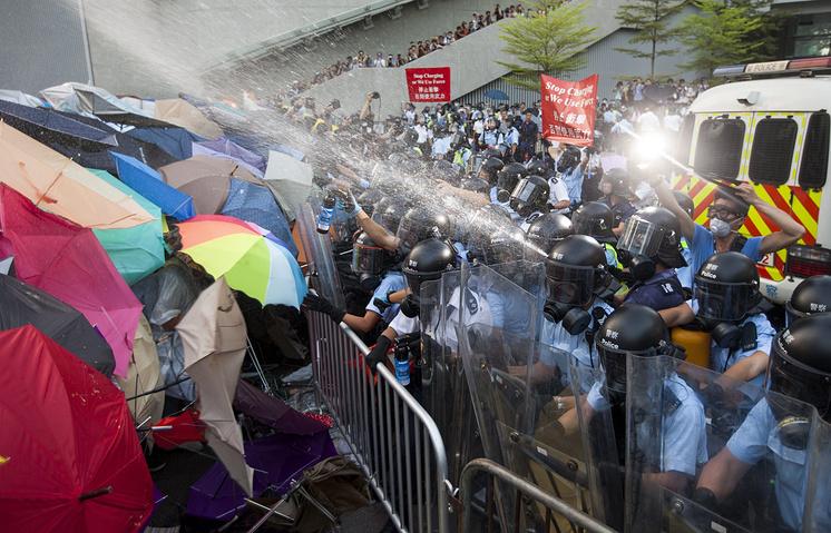 Столкновения между полицией и демонстрантами в Гонконге