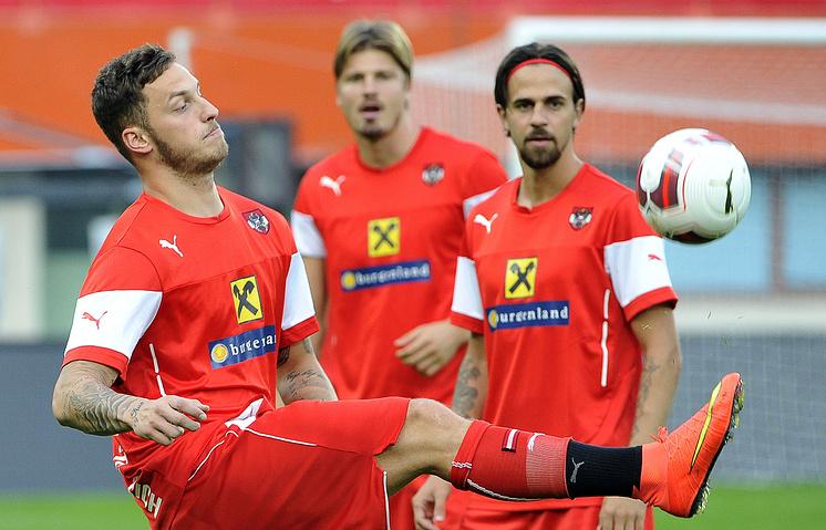 Футболисты сборной Австрии Марко Арнаутович, Себастьян Предль и Мартин Гарник (слева направо) во время тренировки