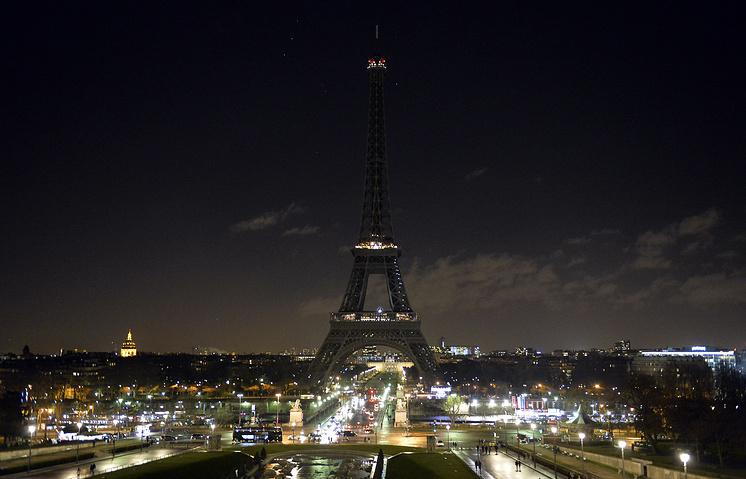 8 января огни Эйфелевой башни были погашены на шесть минут в знак уважения к жертвам нападения на редакцию Charlie Hebdo
