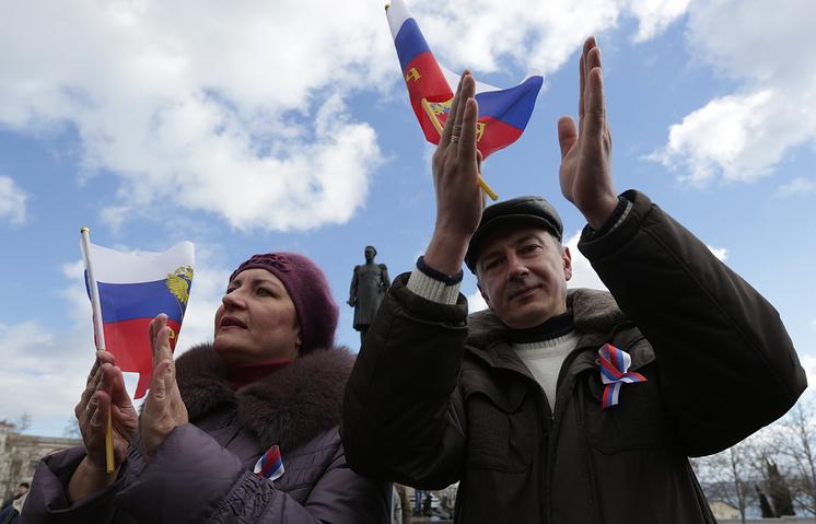 Жители Севастополя во время празднования годовщины присоединения Крыма к России