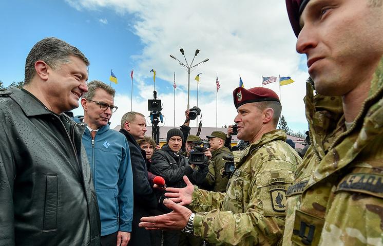 Президент Украины Петр Порошенко, посол США на Украине Джеффри Пайетт (слева направо) во время открытия учений Fearless Guardian 2015