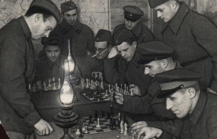 Шахматист Александр Толуш проводит сеанс одновременной игры в шахматы, Ленинградский фронт, 1942 год