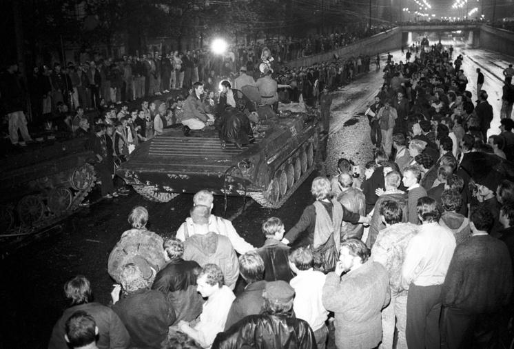 К смерти трех человек в ночь на 21 августа привела попытка остановить бронетехнику, которая двигалась по Садовому кольцу в сторону Дома правительства
