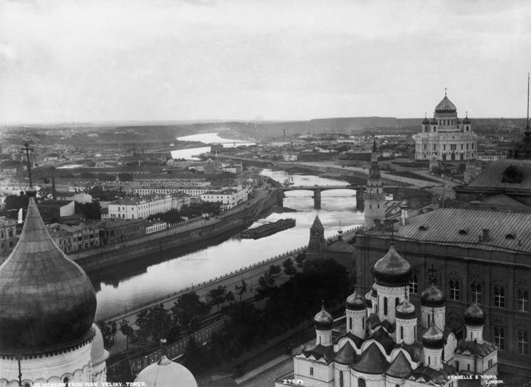 Вид на храм Христа Спасителя с колокольни Ивана Великого. Около 1900 года. В правой части снимка виден Большой Кремлевский дворец